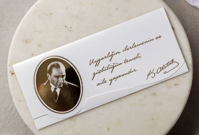 Atatürklü Düğün Davetiyesi11x26 ebatlarında davetiye kapalı zarfa sahip olmayıp kendinden zarflıdır.Üzerinde Mustafa Kemal Atatürk Silueti mevcuttur.