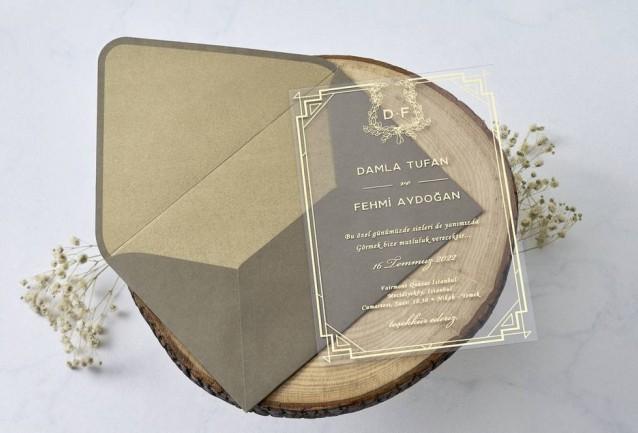 Asetat Davetiye,Altın VaraklıDavetiye Gramajı 0,5 mic.PVC Zarf 120 gr. Özel Ebat 14x20 cm Bu davetiyede varak yaldız baskı mevcuttur. Adet gözetmeksizin ekstra olarak ücretlendirilir. Davetiyenizde varak yaldız baskı i