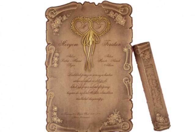 Kalpli Ferman DavetiyeDavetiyemizin hem iç kağıdı hem özel kutulu zarfı güzel bir kombinasyon ile kraft kağıttan üretilmiştir. Ferman davetiye modelimizin üzerinde altın yaldız kalp figürü mevcut olup,kalplerin içinde i