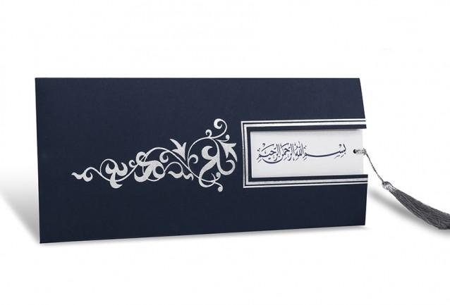 Besmeleli Sünnet DavetiyesiEbat:10,5x24 cmZarf:250 gr özel lacivert cep şeklinde zarf,Baskı Kartı:250 gr özel majestik kağıt kullanılmıştır,yandan çekmelidir,besmele baskılıAksesuar:Püskül mevcut